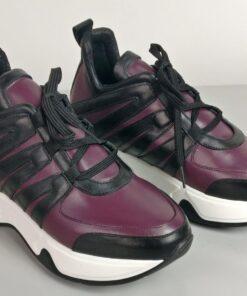 Sneakers in pelle prugna con inserti vitello nero