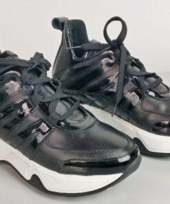 Sneakers in pelle con inserti vernice nero