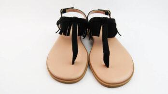 Sandali bassi infradito in pelle camoscio nero con frange e cinturino