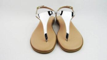 Sandali bassi infradito in pelle effetto specchio argento con cinturino