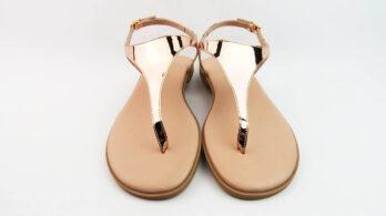 Sandali bassi infradito in pelle effetto specchio rame con cinturino