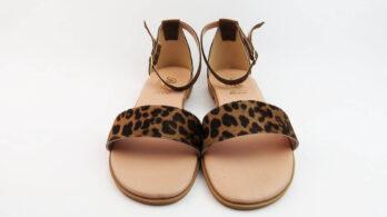 Sandali bassi in pelle colore cuoio con fascia in cavallino, tallone chiuso e cinturino alla caviglia
