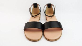 Sandali bassi in pelle colore nero con tallone chiuso e cinturino alla caviglia