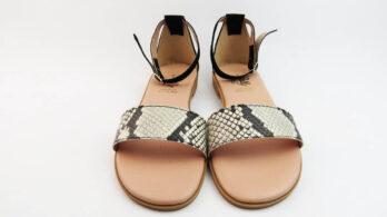 Sandali bassi in pelle colore nero con fascia stampa pitone, tallone chiuso e cinturino alla caviglia