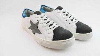 Sneakers colore bianco allacciate con stella e talloncino camouflage blu