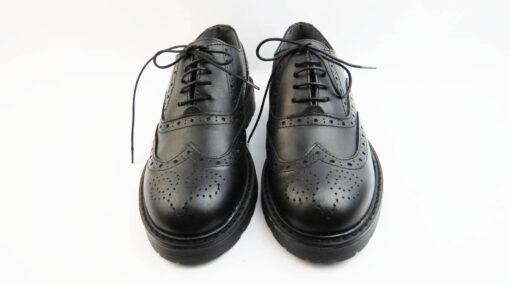 Scarpe con lacci in crust vitello colore nero con lavorazione all'inglese