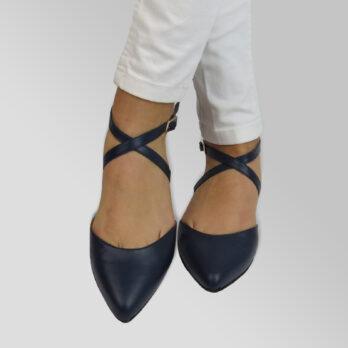 Ballerinea punta in vera pelle colore blu con cinturino alla caviglia