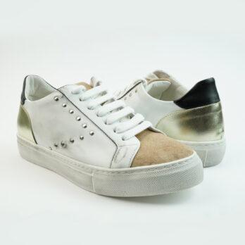 Sneakersbasse in pelle colore bianco con punta in camoscio colore salmone e freccia laterale con borchiette