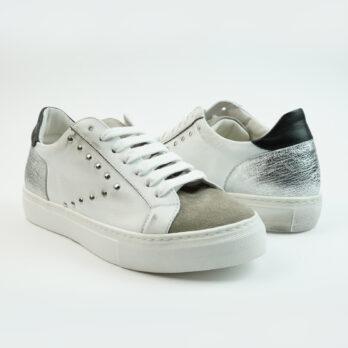 Sneakersbasse in pelle colore bianco con punta in camoscio colore taupe e freccia laterale con borchiette
