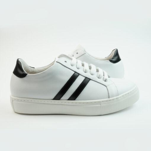 Sneakersbasse in pelle colore bianco con stripes laterali colore nero