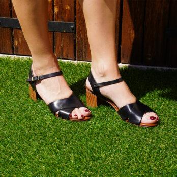 Sandali in vera pelle con due fasce incrociate e cinturino colore nero tacco 5 cm