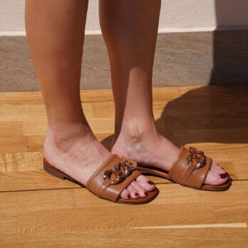 Ciabatte in vera pelle con catena big colore cuoio tacco 1 cm