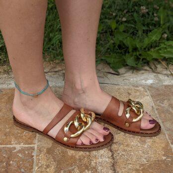 Ciabatte in vera pelle con catena big oro colore cuoio tacco 1 cm