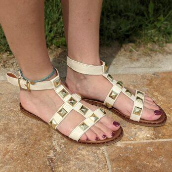 Sandali in vera pelle con cinturino alla caviglia e borchie coniche oro colore bianco tacco 1 cm