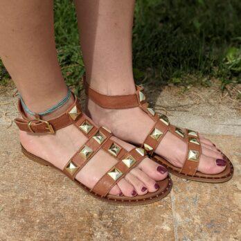 Sandali in vera pelle con cinturino alla caviglia e borchie coniche oro colore cuoio tacco 1 cm