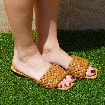 Ciabatte da passeggio in vera pelle intrecciate colore cuoio tacco 1 cm