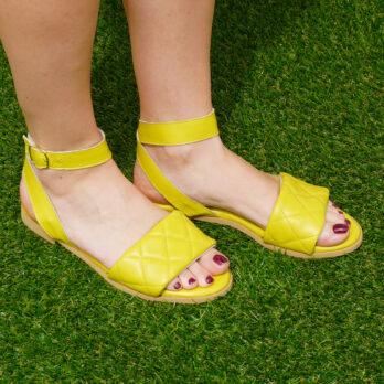 Sandali bassi in vera pelle con cinturino colore giallo tacco 1 cm