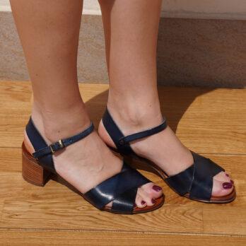 Sandali in vera pelle con due fasce incrociate e cinturino colore blu tacco 5 cm