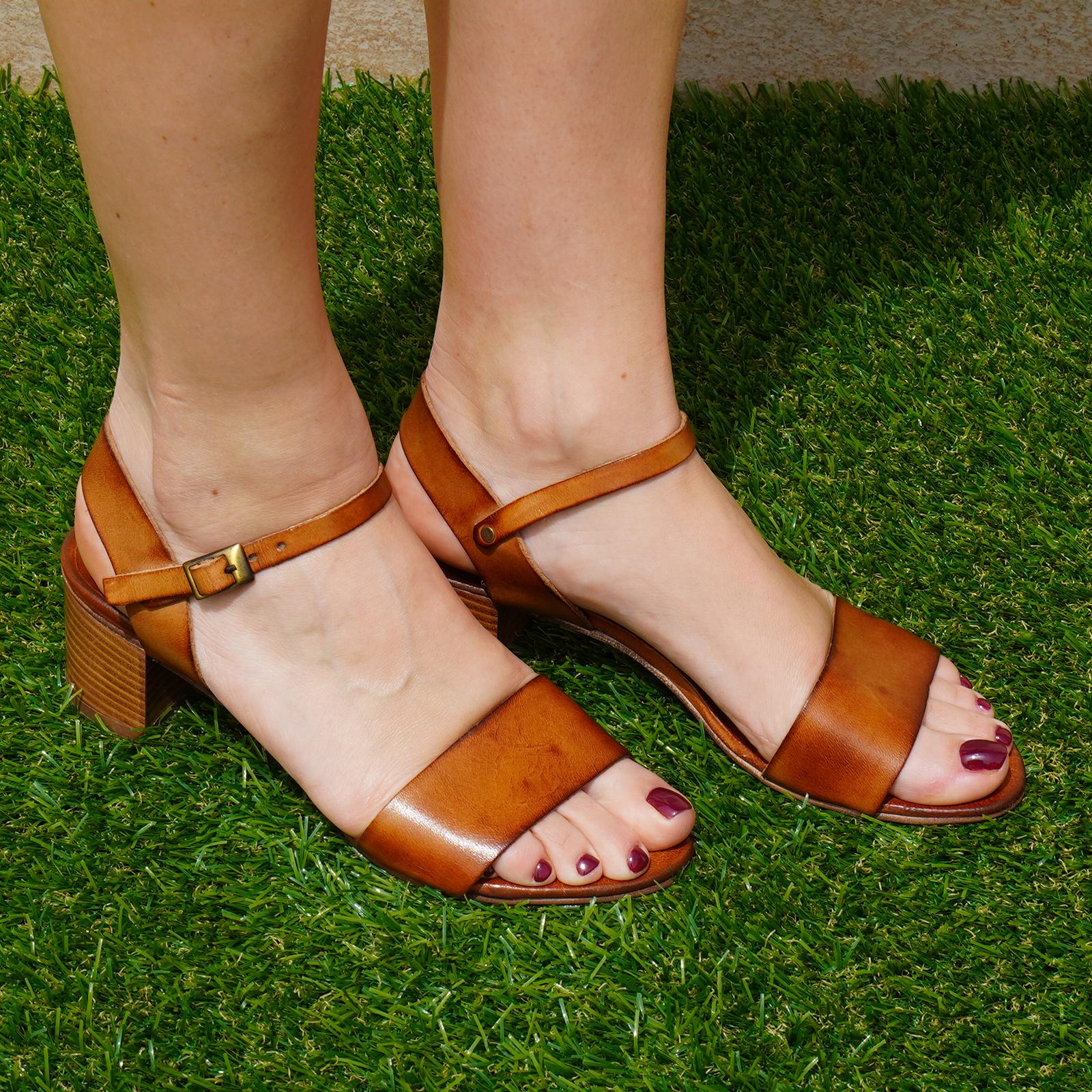 Sandali in vera pelle con fascia e cinturino colore cuoio tacco 5 cm