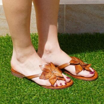 Ciabatte in vera pelle fiore colore cuoio 1 cm
