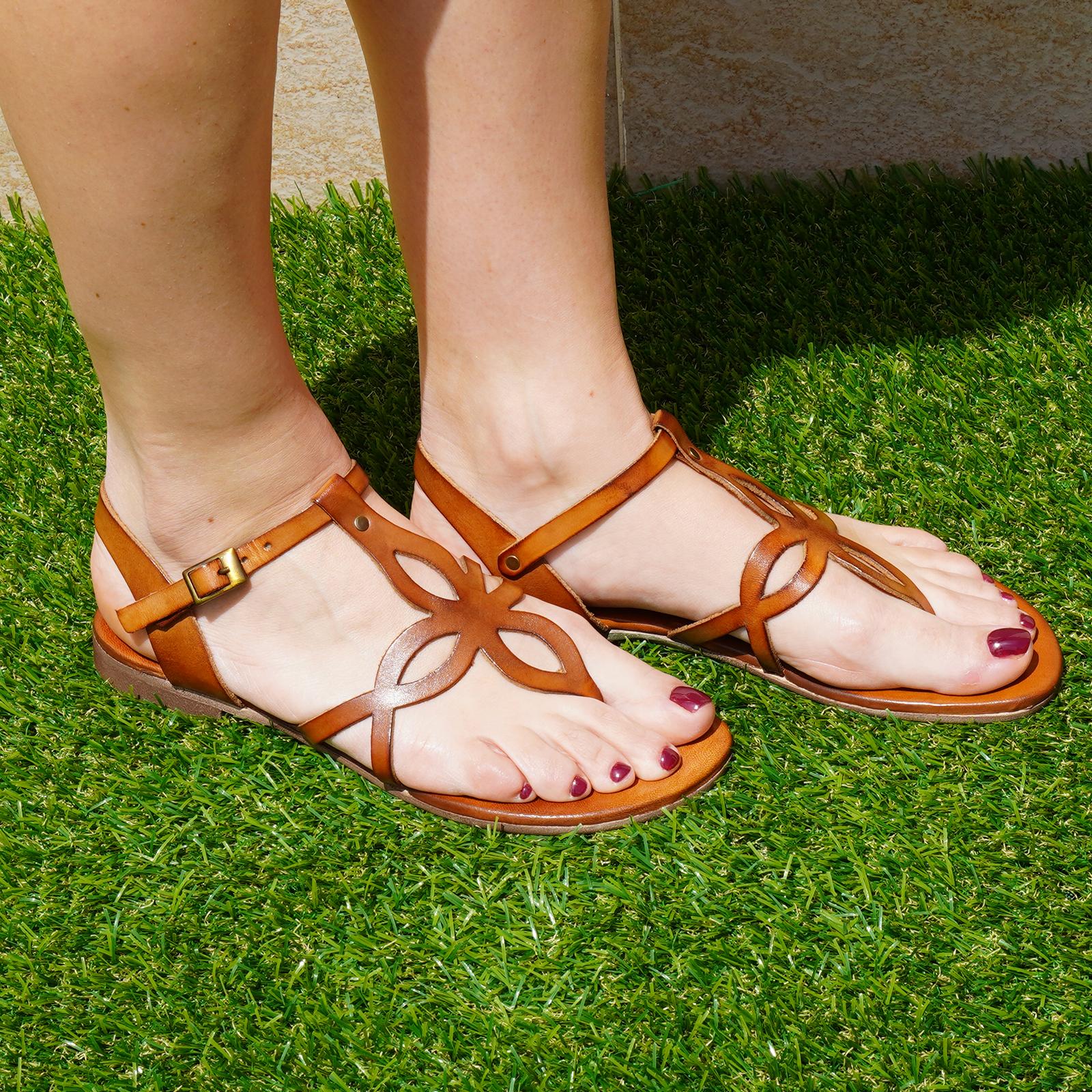 Sandali Formentera in vera pelle con cinturino colore cuoio tacco 1 cm